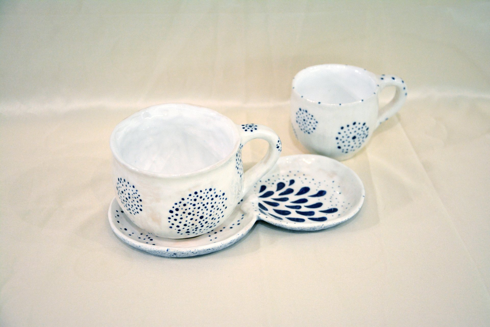A pair of white cups with a blue Dot-Circle pattern - Cups, glasses, mugs, 300 ml and 200 ml, photo 3 of 4.