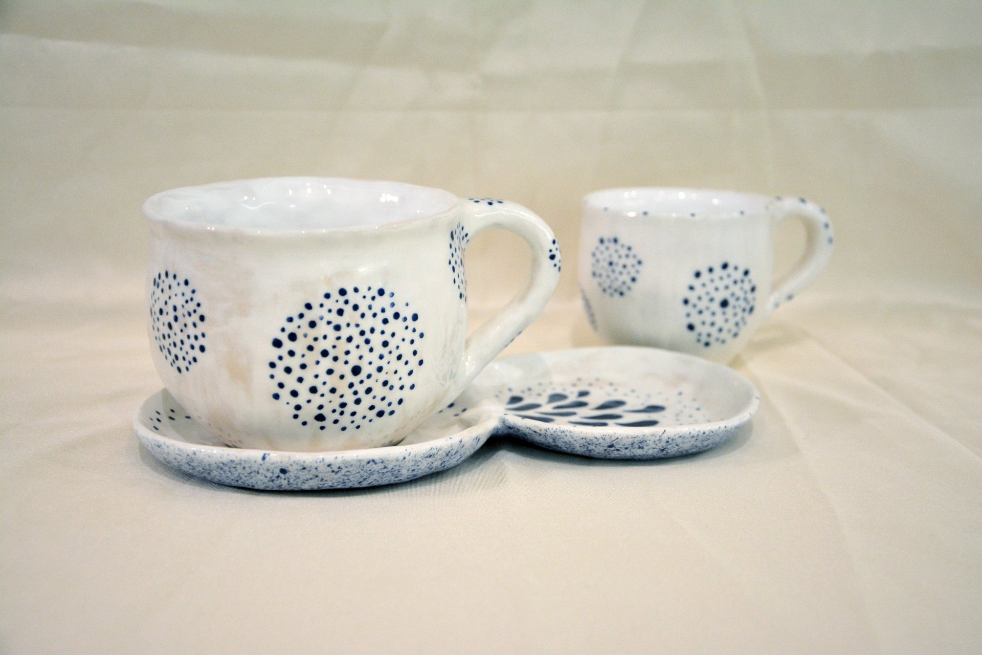 A pair of white cups with a blue Dot-Circle pattern - Cups, glasses, mugs, 300 ml and 200 ml, photo 1 of 4.