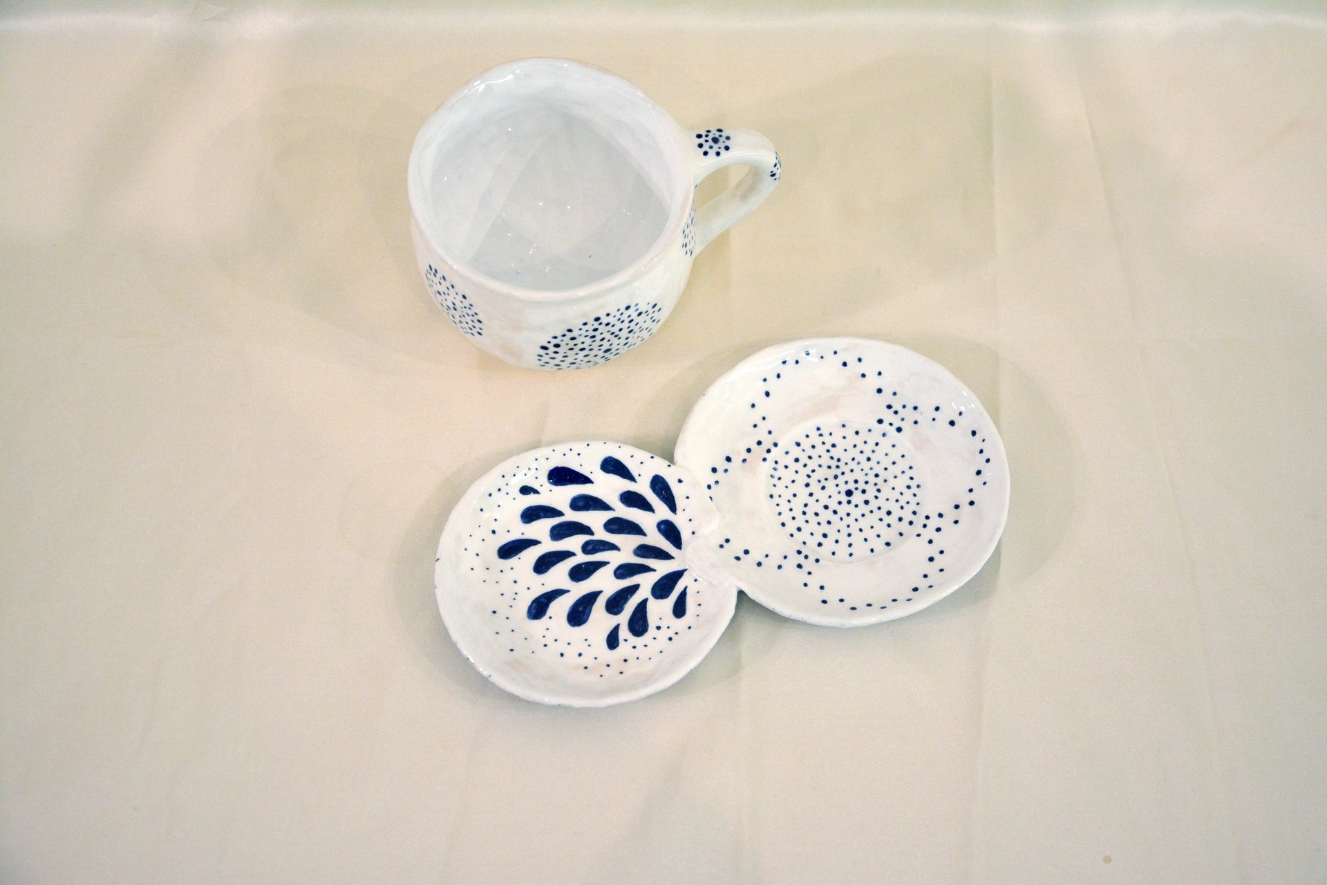 A pair of white cups with a blue Dot-Circle pattern - Cups, glasses, mugs, 300 ml and 200 ml, photo 2 of 4.