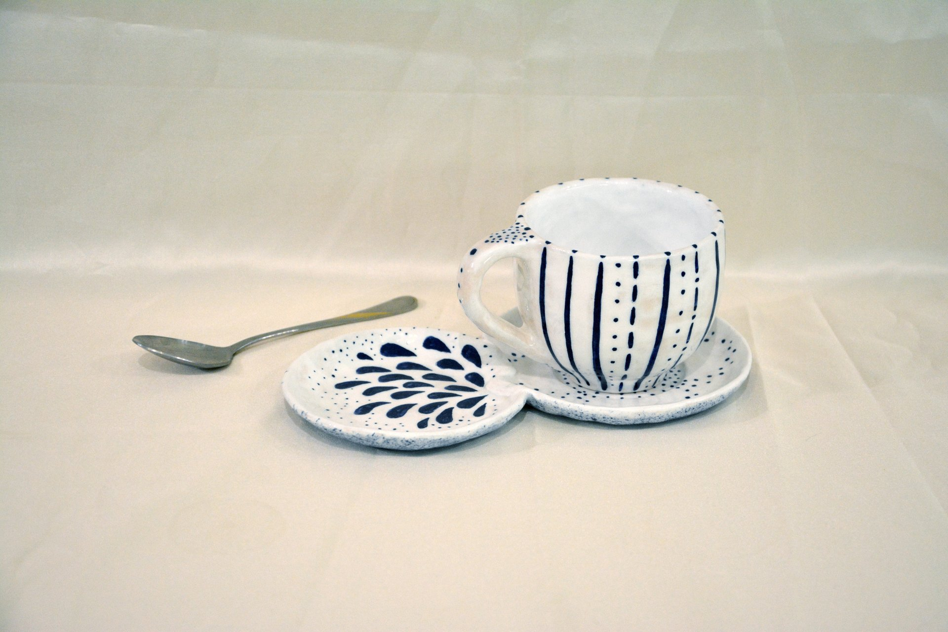 A pair of white cups with a blue pattern Strips — Points - Cups, glasses, mugs, 250 ml and 150 ml, photo 2 of 3.