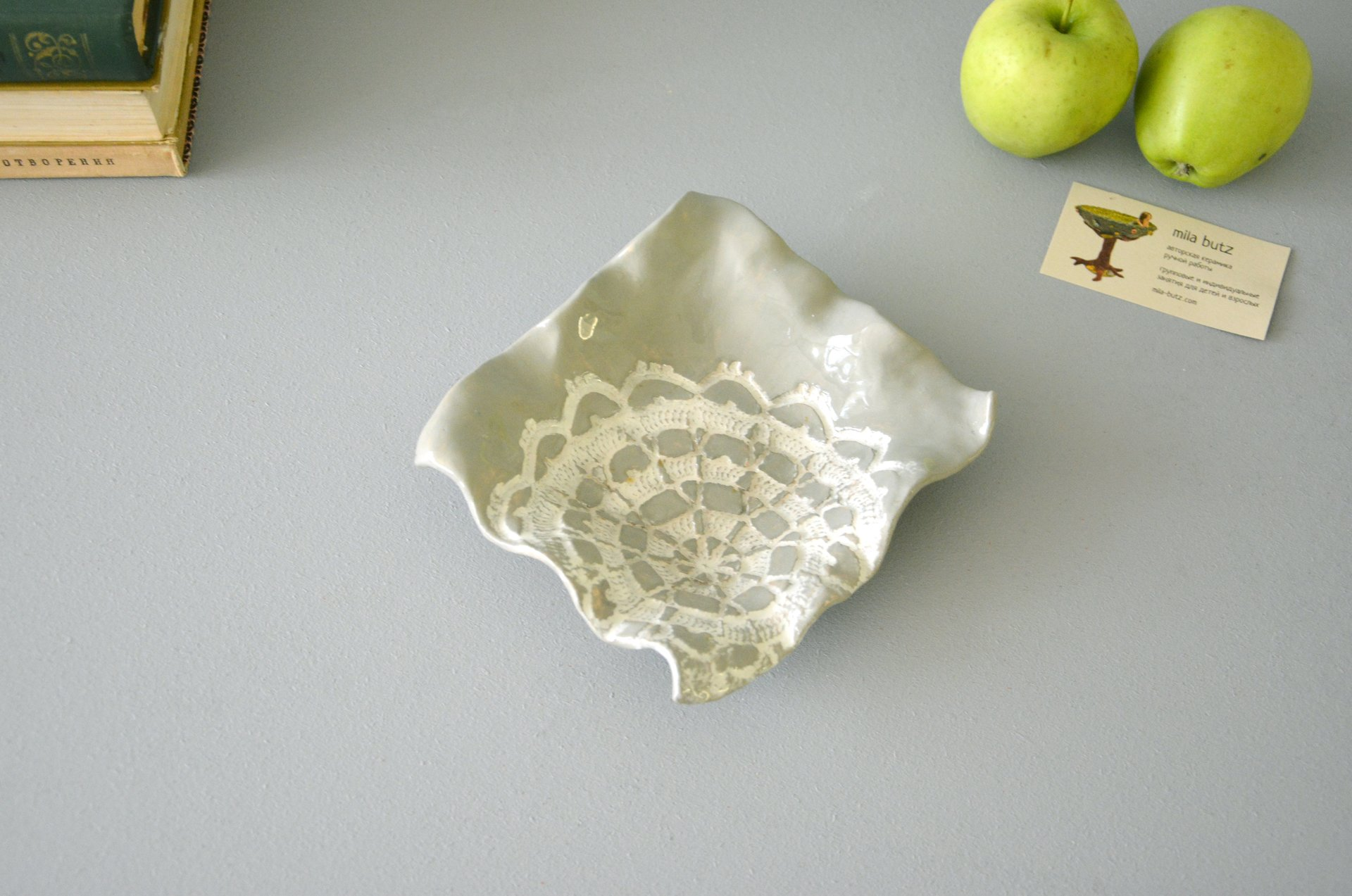 Ceramic square plate of gray color, length, width - 16 cm, height - 4 cm, photo 1 of 4.
