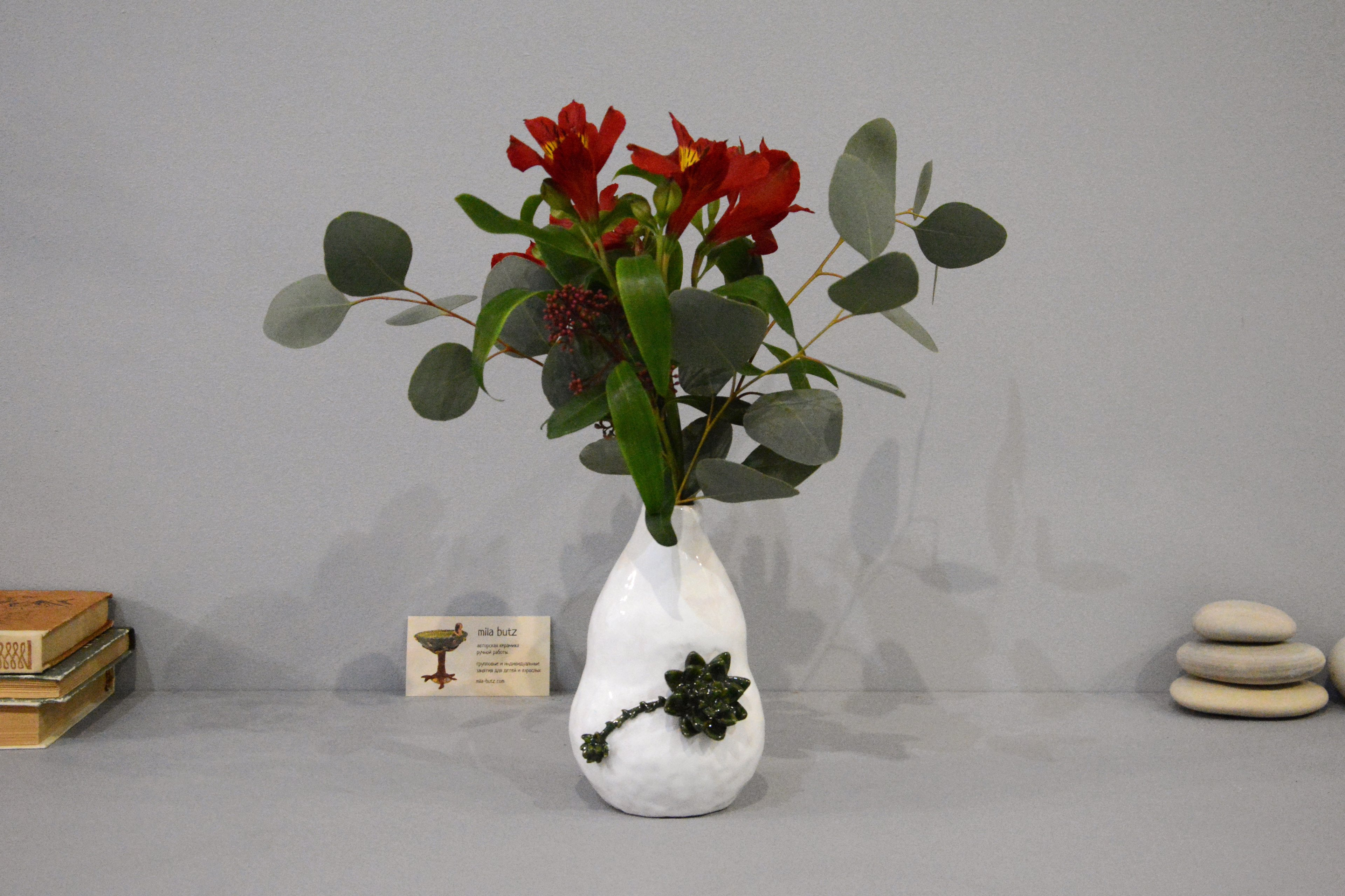 Small Vase or flowers «Echeveria», height - 16 cm, color - white. Photo 1401.