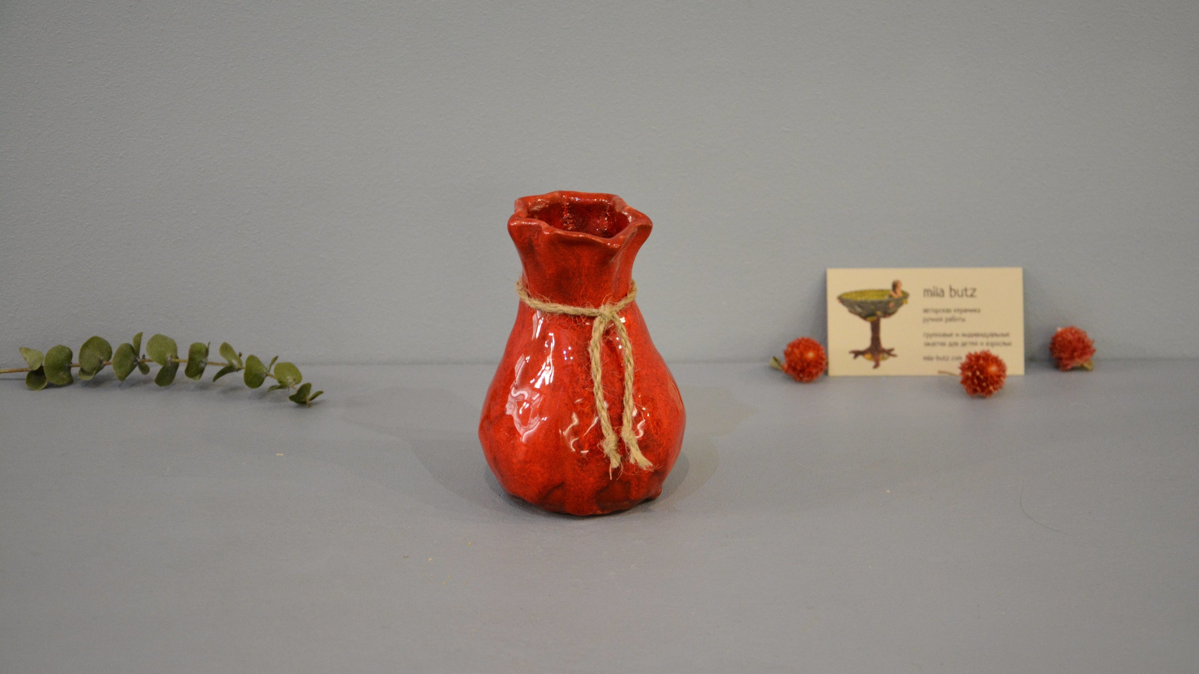 Small Vase or flowers «Red Bagful», height - 12 cm, color - red. Photo 1435-3840-2160.